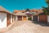 Außergewöhnliche 4,5 Zimmer-Maisonette-Wohnung mit Balkon im Grünen - Außenansicht mit Garagen